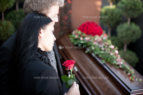 people on funeral with coffinの素材 [FYI00825528]