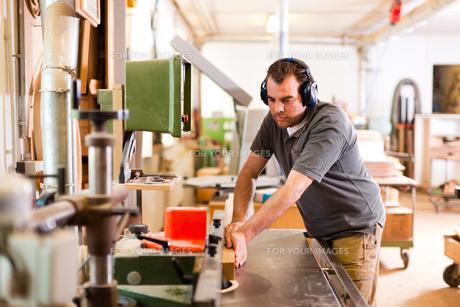 carpenter on the milling machineの写真素材 [FYI00825615]