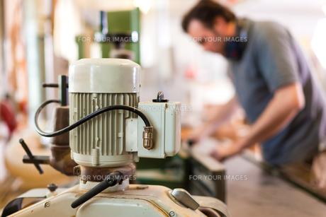 carpenter on the milling machineの写真素材 [FYI00825625]