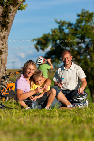 family makes a bike rideの素材 [FYI00825920]