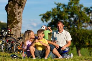 family makes a bike rideの素材 [FYI00825924]