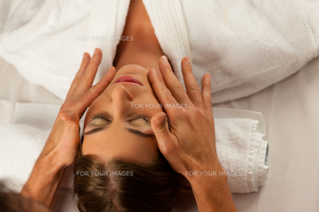 beauty treatment in a spaの写真素材 [FYI00825969]