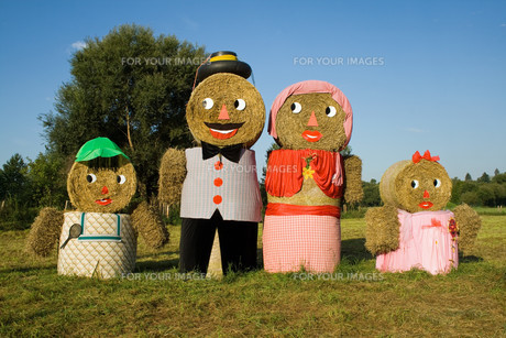 four figures made of straw balesの写真素材 [FYI00826320]