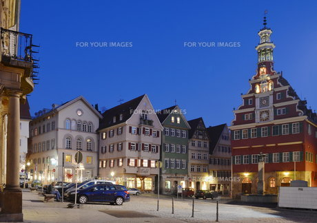 market in esslingen at the blue hourの写真素材 [FYI00826324]