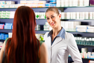 pharmacist in her pharmacy with a customerの写真素材 [FYI00826659]