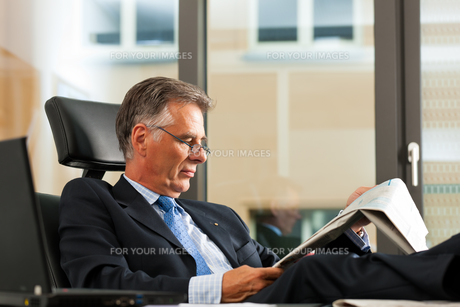boss in his office reading newspaperの素材 [FYI00826836]