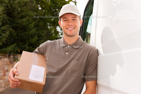 postal service - delivery of a parcelの写真素材 [FYI00827444]