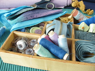 blue sewing utensils in wooden boxの写真素材 [FYI00827564]