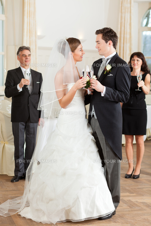 newlyweds chinking champagne glassesの写真素材 [FYI00827911]