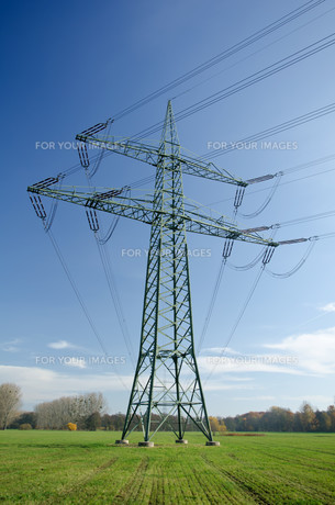 electricity pylon with cablesの素材 [FYI00828116]