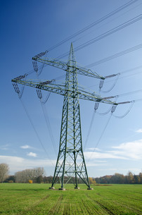 electricity pylon with cablesの写真素材 [FYI00828116]
