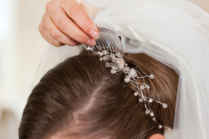 barber put a bride's hairstyleの写真素材 [FYI00828470]