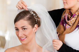 barber puts a bride hairstyleの写真素材 [FYI00828549]