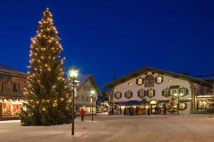 weihnachtlicher village square in oberammergauの写真素材 [FYI00828771]
