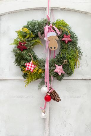 christmassy door wreathの写真素材 [FYI00829035]