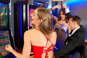 friends in casinoの写真素材 [FYI00829259]