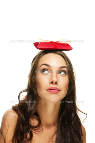 beautiful woman looks up at the gift on her headの写真素材 [FYI00829395]