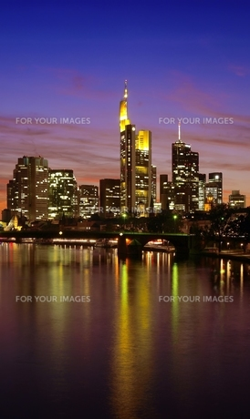 skyline frankfurt at nightの写真素材 [FYI00830569]