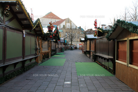christmas market in front of the cathedralの素材 [FYI00831174]