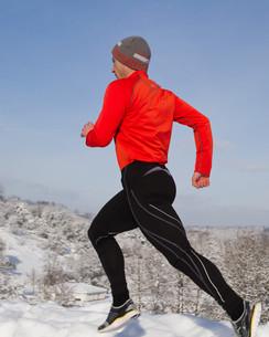 jogger in snowy winter landscapeの写真素材 [FYI00832323]