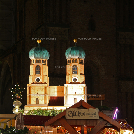 mulled wine booth at the christmas market in munichの写真素材 [FYI00832964]