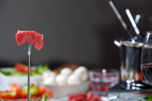 fondue fork with meatの写真素材 [FYI00833248]