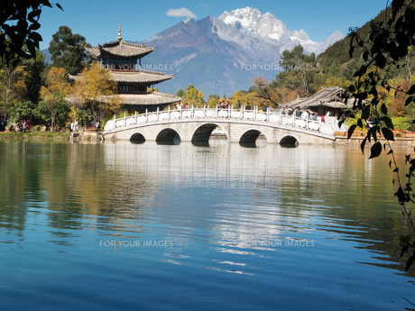 jade dragon snow mountain,lijiangの写真素材 [FYI00833262]