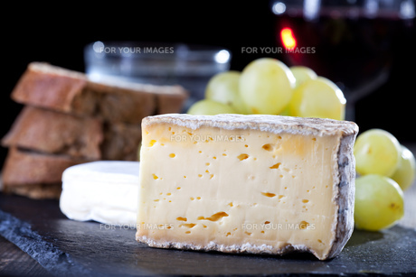 swiss cheese and red wineの写真素材 [FYI00833273]