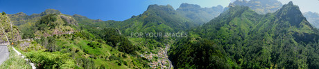 panorama with road and village pass in madeiraの写真素材 [FYI00833458]