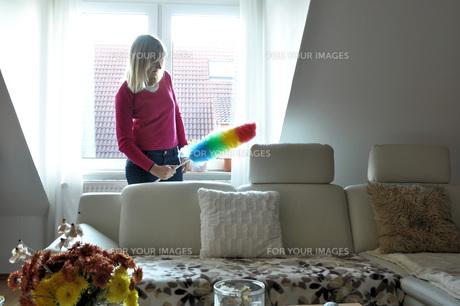 wipe housewife while vacuumingの写真素材 [FYI00833690]