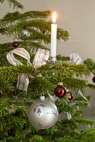 christmas tree decorations with candle as christmas motiveの素材 [FYI00833950]