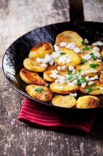 fried potatoes in an iron panの写真素材 [FYI00834313]