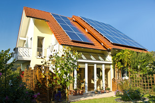 house with garden and solar panels on the roofの写真素材 [FYI00834553]