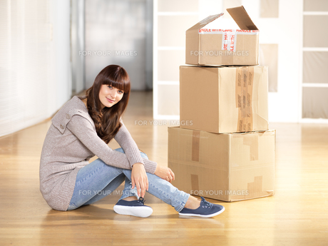 young woman with moving boxesの写真素材 [FYI00834586]