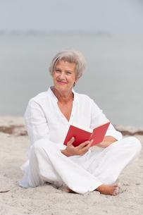 active senior on the beachの素材 [FYI00834756]