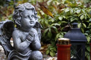 angel figure on a graveの素材 [FYI00834780]