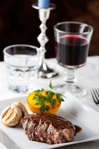 steak with grilled potato on a plateの写真素材 [FYI00834903]