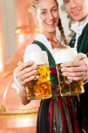 couple in tracht with beer glass in breweryの素材 [FYI00834996]