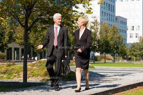 businessmen chatting outdoorsの写真素材 [FYI00835048]