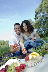 young couple having a picnicの写真素材 [FYI00835430]