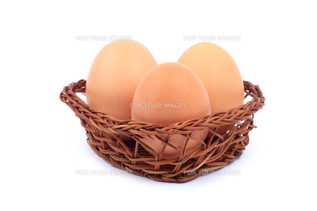 three brown chicken eggs in basketの写真素材 [FYI00835568]