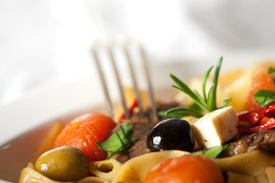 pasta with tomatoes and olivesの写真素材 [FYI00835665]
