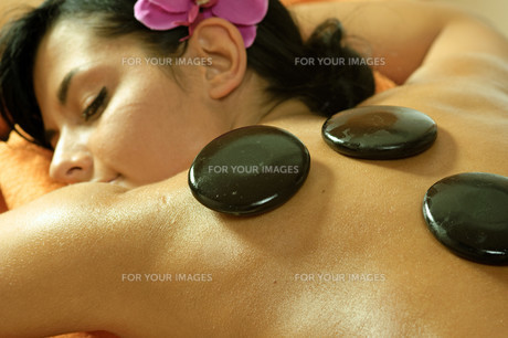 young woman and stone massageの写真素材 [FYI00835677]