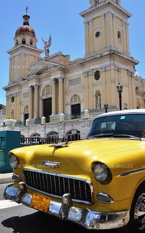 santiago de cuba - cathedral with oldtimerの写真素材 [FYI00835692]