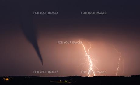 tornado with lightningの写真素材 [FYI00836515]