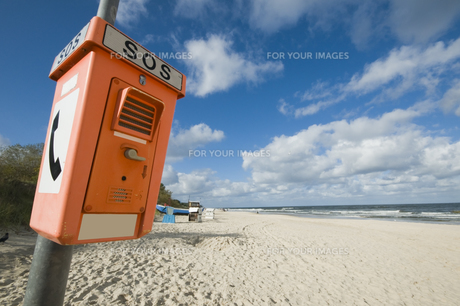 emergency telephone on the beachの写真素材 [FYI00836607]