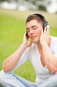young man with headphonesの写真素材 [FYI00836812]