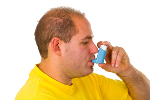 young man with metered dose inhalerの写真素材 [FYI00837082]