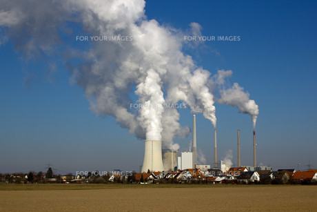 nuclear power plant and residential areaの素材 [FYI00837320]