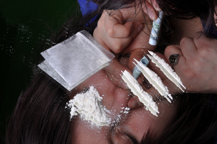 a girl is sniffing cocaineの写真素材 [FYI00837390]